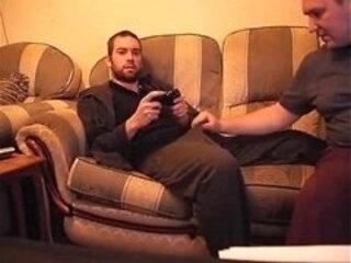 Eu jogo vídeo game enquanto meu amigo faz uma chupetinha. E gozo na cara dele!